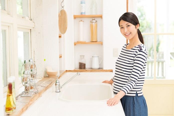 台所でほほ笑む女性
